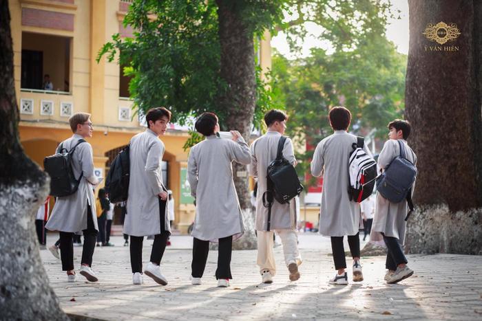 Bộ ảnh nam sinh mặc áo dài truyền thống đến trường nhận 'bão like' vì trông ai cũng thật bảnh bao Ảnh 9