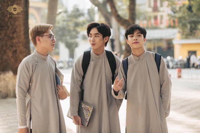 Bộ ảnh nam sinh mặc áo dài truyền thống đến trường nhận 'bão like' vì trông ai cũng thật bảnh bao Ảnh 3
