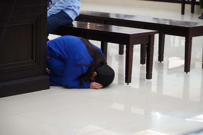 Đề nghị tuyên cha dượng tử hình, mẹ tù chung thân vụ bạo hành con gái: Nữ bị cáo quỳ gối bật khóc xin lỗi Ảnh 6