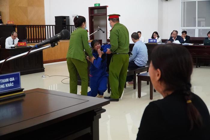 Đề nghị tuyên cha dượng tử hình, mẹ tù chung thân vụ bạo hành con gái: Nữ bị cáo quỳ gối bật khóc xin lỗi Ảnh 8