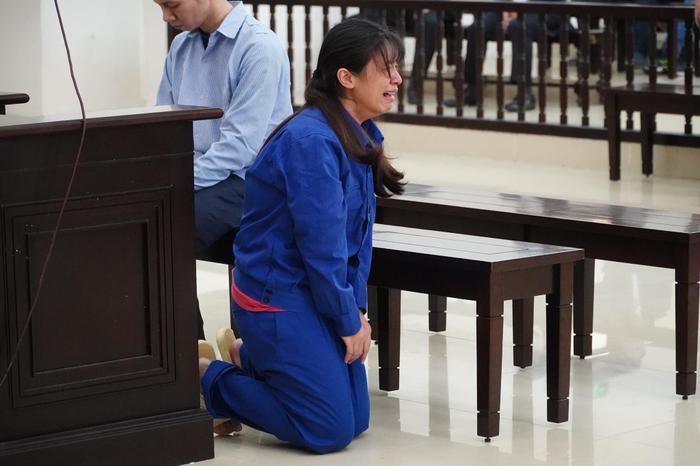 Đề nghị tuyên cha dượng tử hình, mẹ tù chung thân vụ bạo hành con gái: Nữ bị cáo quỳ gối bật khóc xin lỗi Ảnh 4