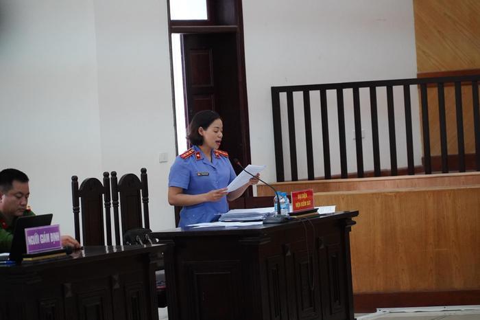 Đề nghị tuyên cha dượng tử hình, mẹ tù chung thân vụ bạo hành con gái: Nữ bị cáo quỳ gối bật khóc xin lỗi Ảnh 1