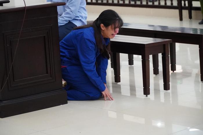 Đề nghị tuyên cha dượng tử hình, mẹ tù chung thân vụ bạo hành con gái: Nữ bị cáo quỳ gối bật khóc xin lỗi Ảnh 5