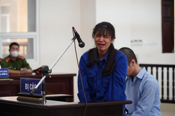 Đề nghị tuyên cha dượng tử hình, mẹ tù chung thân vụ bạo hành con gái: Nữ bị cáo quỳ gối bật khóc xin lỗi Ảnh 2