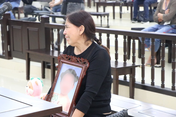 Đề nghị tuyên cha dượng tử hình, mẹ tù chung thân vụ bạo hành con gái: Nữ bị cáo quỳ gối bật khóc xin lỗi Ảnh 10