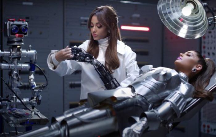 34+35: Ariana Grande xoạc cực đỉnh trong MV mới nhất Ảnh 1