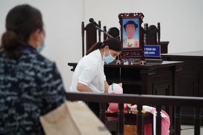 Sắp tuyên án cha dượng cùng mẹ đẻ bạo hành con gái 3 tuổi tử vong Ảnh 4