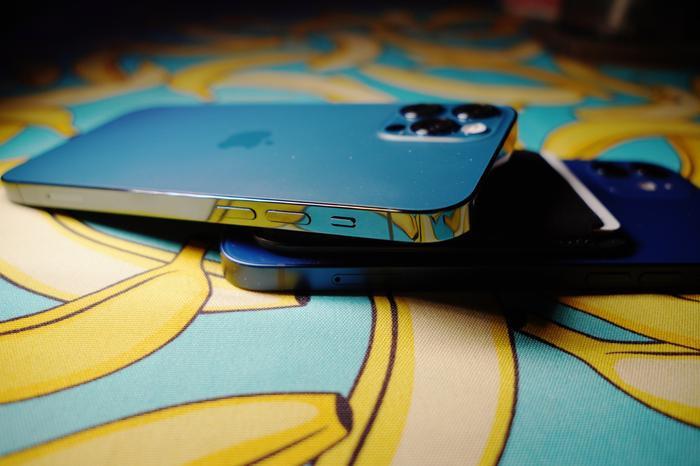 Xuất hiện hình ảnh cho thấy iPhone 12 sắc đến nỗi có thể gọt táo, người dùng lo lắng bị đứt tay Ảnh 1