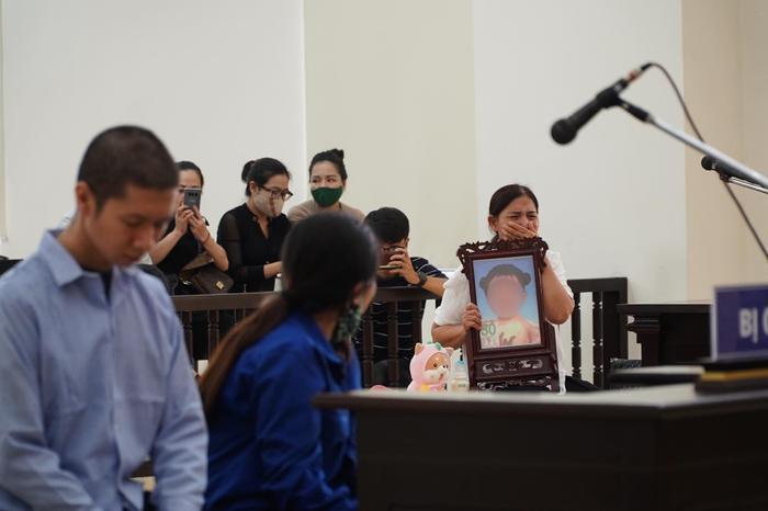 Tuyên án tử hình người cha dượng, mẹ đẻ bạo hành con gái 3 tuổi đến chết tù chung thân Ảnh 1