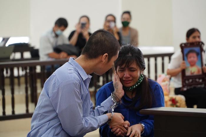 Tuyên án tử hình người cha dượng, mẹ đẻ bạo hành con gái 3 tuổi đến chết tù chung thân Ảnh 2