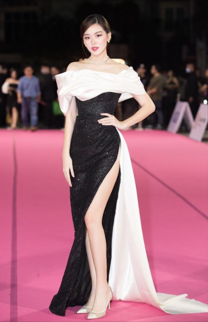 Tiểu Vy bối rối dùng tay che chắn trên thảm hồng vì diện váy xẻ cao bất tận Ảnh 7