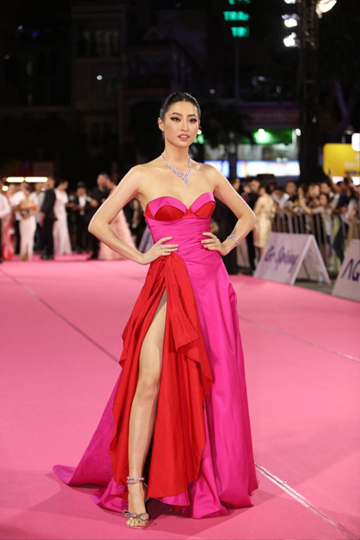 Tiểu Vy bối rối dùng tay che chắn trên thảm hồng vì diện váy xẻ cao bất tận Ảnh 9