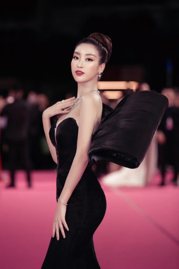 Tiểu Vy bối rối dùng tay che chắn trên thảm hồng vì diện váy xẻ cao bất tận Ảnh 10
