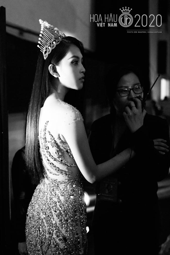 Tiểu Vy diện váy dạ hội đơn giản, nghẹn ngào nước mắt 'final walk' kết thúc nhiệm kỳ Ảnh 9