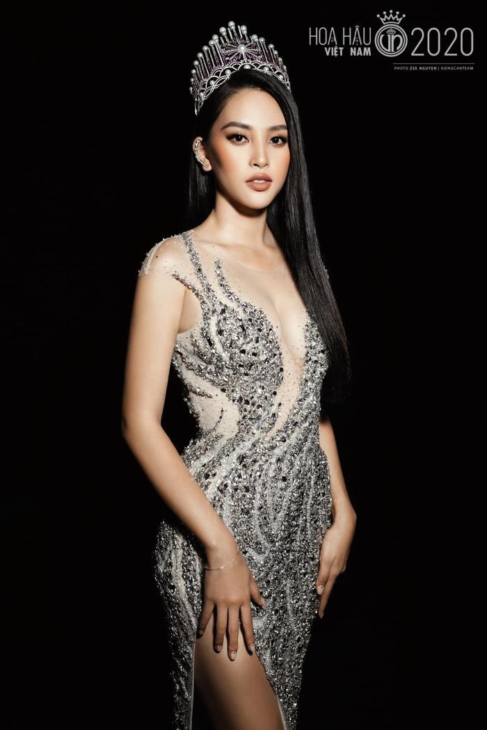 Tiểu Vy diện váy dạ hội đơn giản, nghẹn ngào nước mắt 'final walk' kết thúc nhiệm kỳ Ảnh 4