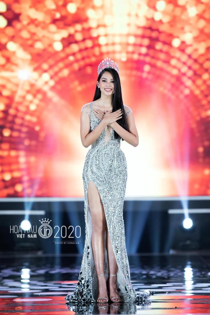 Tiểu Vy diện váy dạ hội đơn giản, đẫm nước mắt 'final walk' kết thúc nhiệm kỳ Ảnh 2
