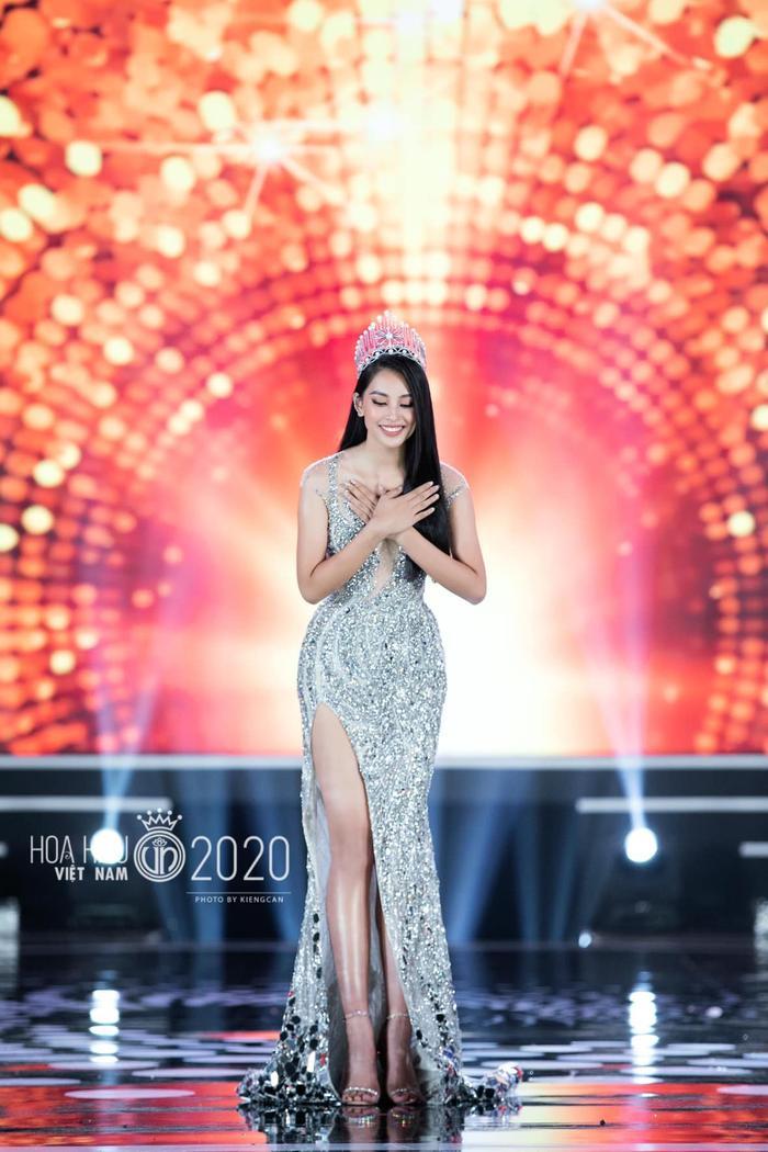 Tiểu Vy diện váy dạ hội đơn giản, đẫm nước mắt 'final walk' kết thúc nhiệm kỳ Ảnh 4