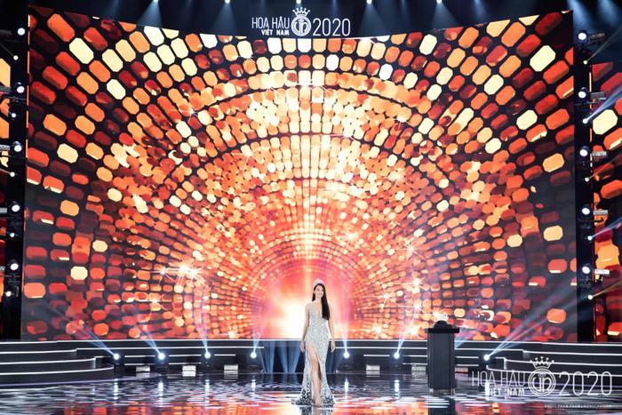 Tiểu Vy diện váy dạ hội đơn giản, đẫm nước mắt 'final walk' kết thúc nhiệm kỳ Ảnh 1