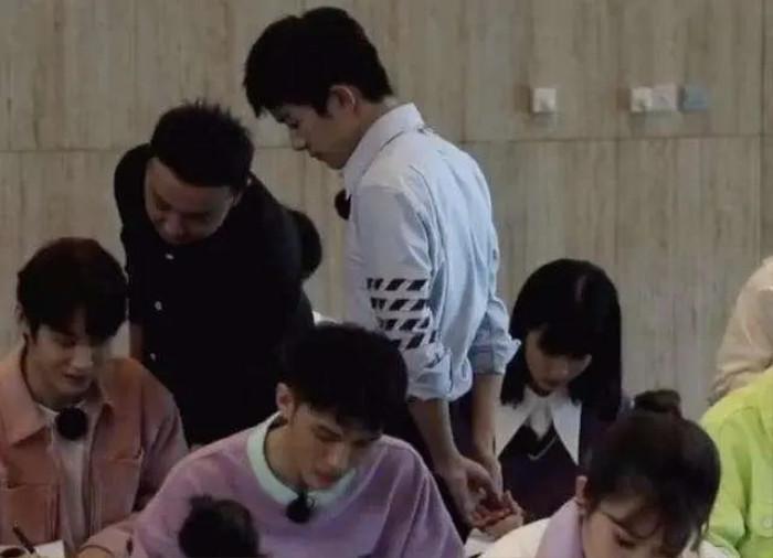 Dân mạng mỉa mai Vương Nhất Bác không có học thức nhưng lại dám 'làm thầy' trong show của đài trung ương Ảnh 4