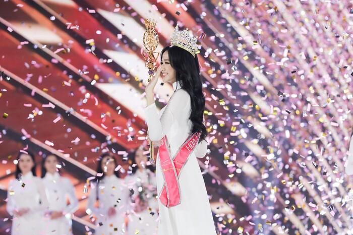 Cặp á hậu đình đám Bùi Phương Nga - Hoàng Thùy xúc động chúc mừng tân hoa hậu Đỗ Hà Ảnh 2