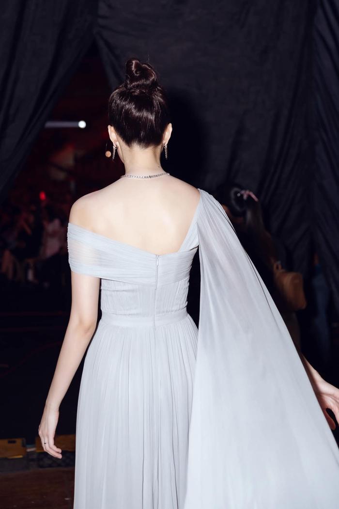 Xứng danh thần tiên tỷ tỷ, Đặng Thu Thảo đẹp rạng ngời trong kiểu váy trễ vai Ảnh 2