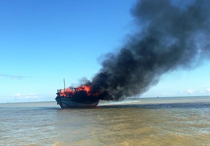 Tàu chở khách bốc cháy trên biển, hàng chục người may mắn thoát nạn Ảnh 1