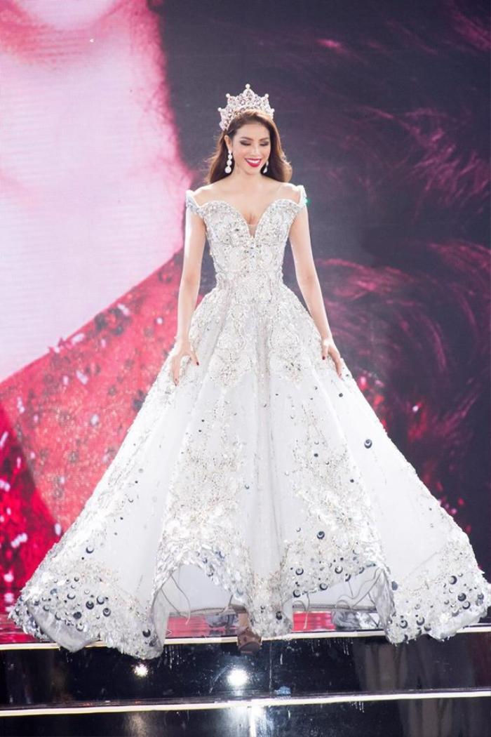 Tiểu Vy lập kỷ lục với đầm 40kg, Nguyễn Thị Loan lại vỡ kế hoạch vì váy khủng Ảnh 7