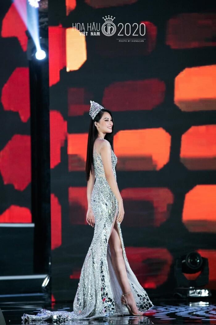 Tiểu Vy lập kỷ lục với đầm 40kg, Nguyễn Thị Loan lại vỡ kế hoạch vì váy khủng Ảnh 3