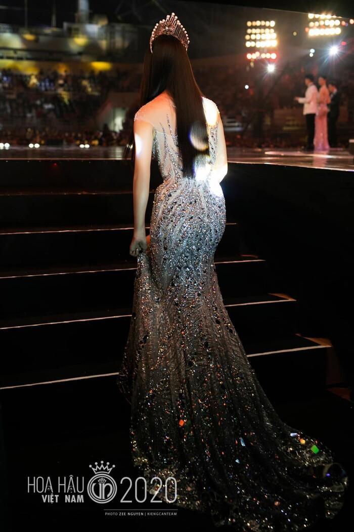 Tiểu Vy lập kỷ lục với đầm 40kg, Nguyễn Thị Loan lại vỡ kế hoạch vì váy khủng Ảnh 4