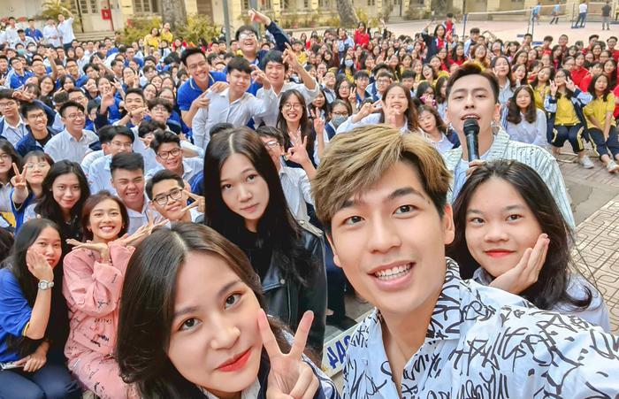 2000 học sinh sinh viên Hà Nội vây kín Khả Ngân - Quốc Anh - OSAD Ảnh 4