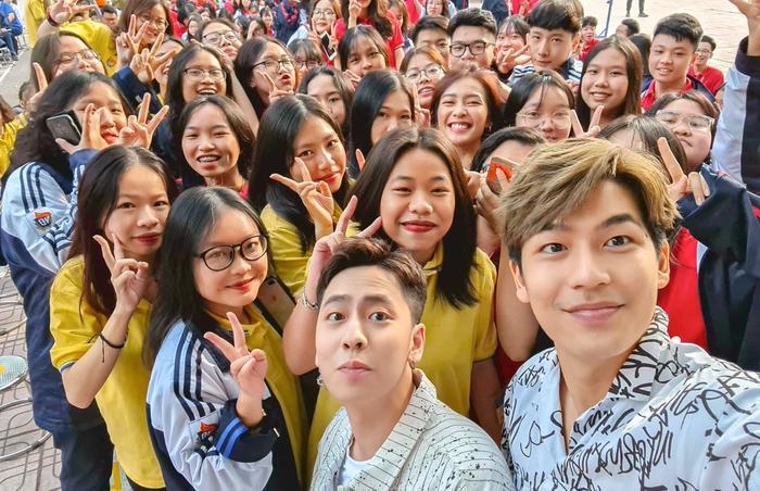 2000 học sinh sinh viên Hà Nội vây kín Khả Ngân - Quốc Anh - OSAD Ảnh 5
