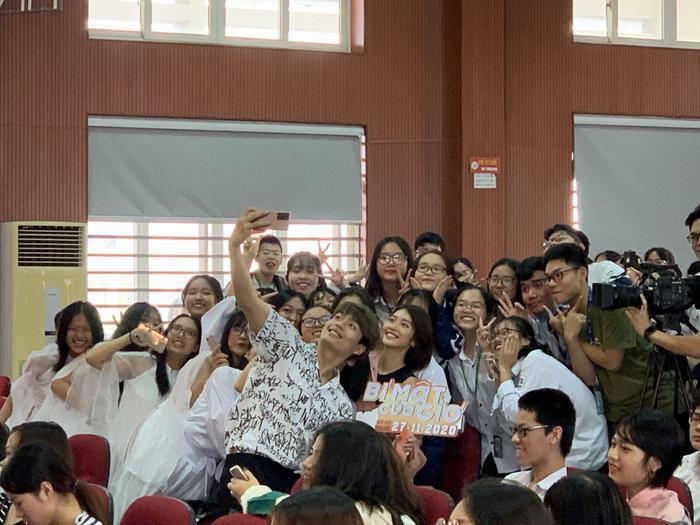 2000 học sinh sinh viên Hà Nội vây kín Khả Ngân - Quốc Anh - OSAD Ảnh 7