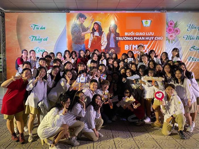 2000 học sinh sinh viên Hà Nội vây kín Khả Ngân - Quốc Anh - OSAD Ảnh 10