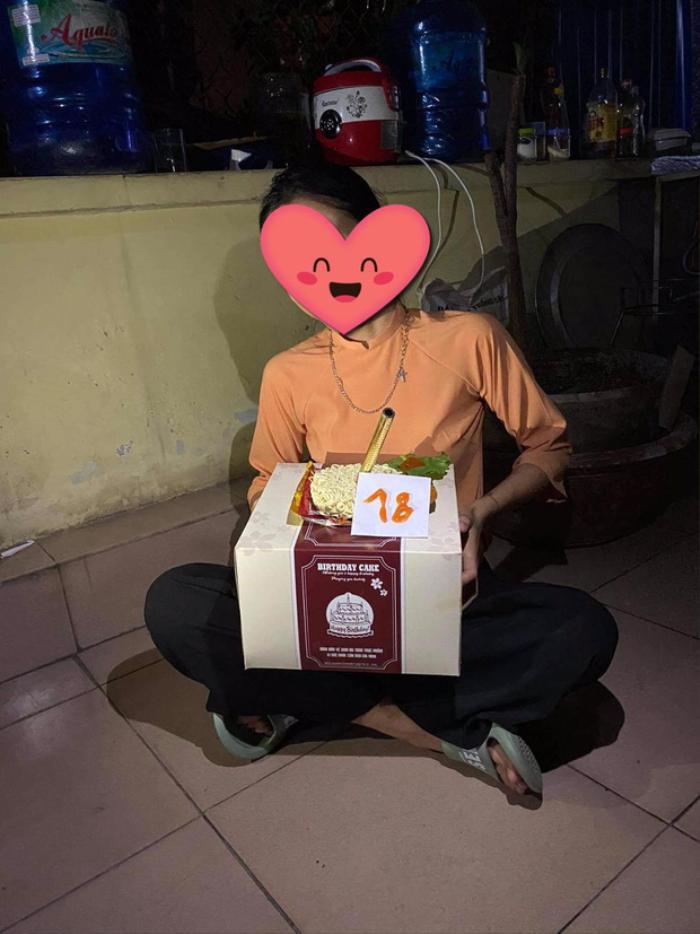 Nữ sinh được bạn bè tặng bánh kem 'đặc biệt' sinh nhật lần thứ 18, có lẽ cả đời cũng không thể quên Ảnh 2
