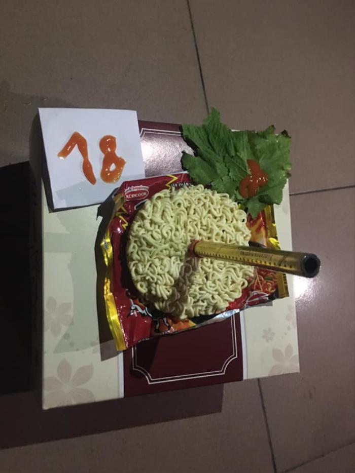 Nữ sinh được bạn bè tặng bánh kem 'đặc biệt' sinh nhật lần thứ 18, có lẽ cả đời cũng không thể quên Ảnh 3