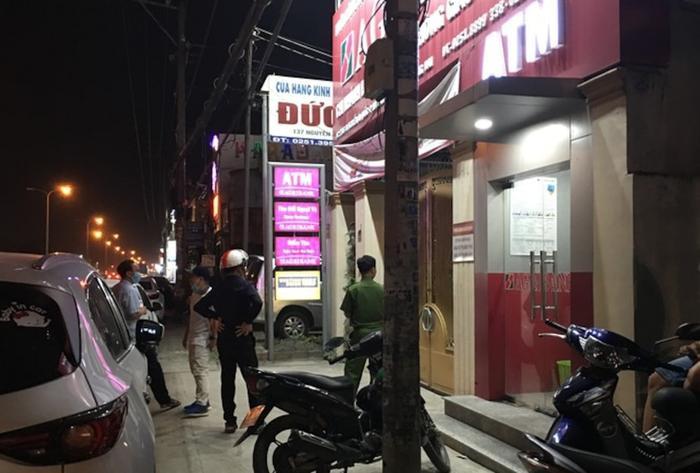 Camera ghi cảnh đối tượng bịt mặt xông vào đe dọa nhân viên, cướp ngân hàng ở Đồng Nai Ảnh 1