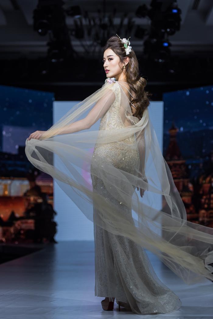 Á hậu Huyền My lộng lẫy như nữ thần, thả dáng đài các trên sàn runway Ảnh 2