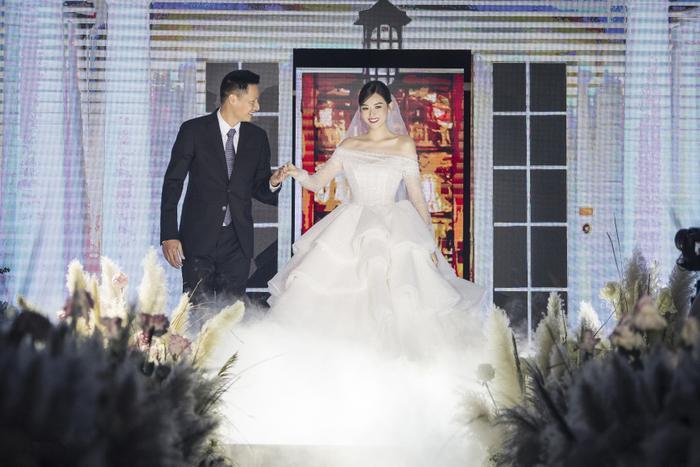 Á hậu Tường San thay 3 chiếc váy cưới tinh tế, fan chờ đám cưới của Phương Nga - Thúy An Ảnh 1