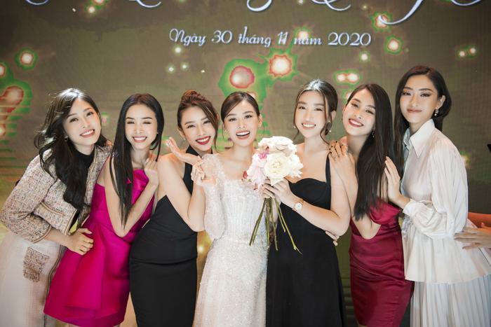 Tường San khiến fan ngất ngây trong ngày trọng đại với những chiếc váy cưới tuyệt đẹp Ảnh 7