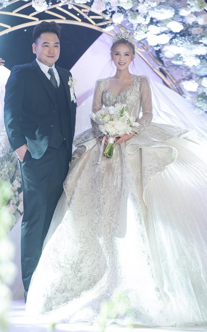 Tường San khiến fan ngất ngây trong ngày trọng đại với những chiếc váy cưới tuyệt đẹp Ảnh 2