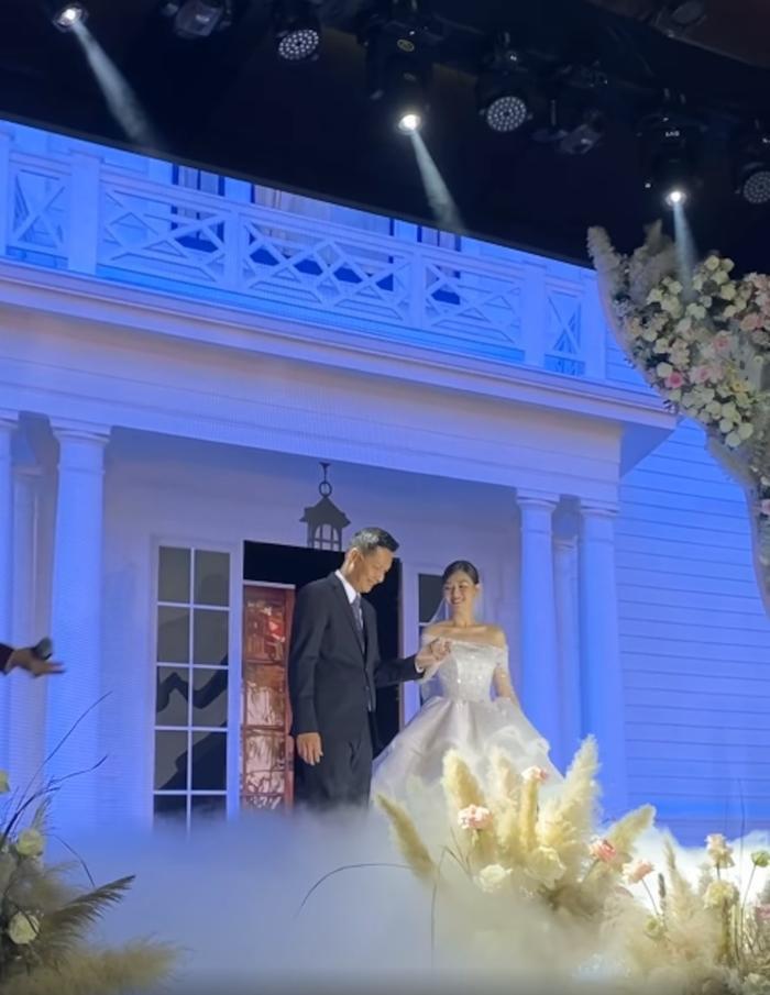 Tường San khiến fan ngất ngây trong ngày trọng đại với những chiếc váy cưới tuyệt đẹp Ảnh 1