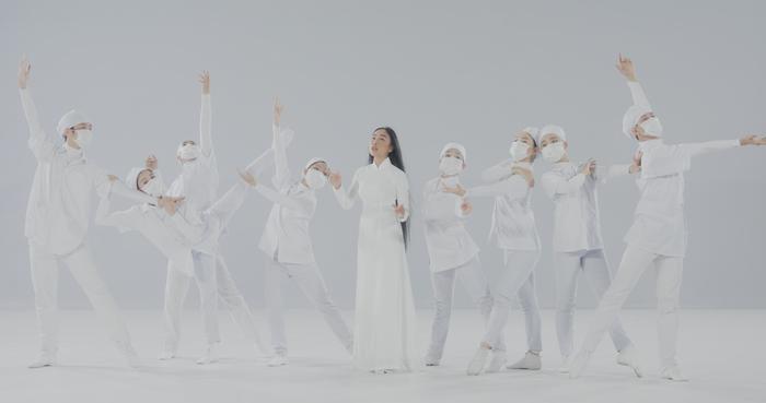 Đoan Trang và con gái song ca, tri ân 'những thiên thần áo trắng' ngày đêm chống dịch Ảnh 7