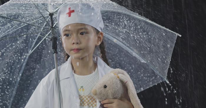 Đoan Trang và con gái song ca, tri ân 'những thiên thần áo trắng' ngày đêm chống dịch Ảnh 3