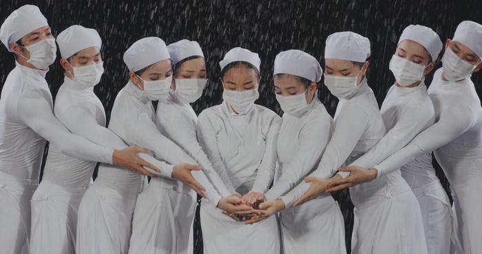Đoan Trang và con gái song ca, tri ân 'những thiên thần áo trắng' ngày đêm chống dịch Ảnh 6
