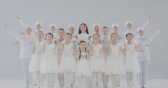 Đoan Trang và con gái song ca, tri ân 'những thiên thần áo trắng' ngày đêm chống dịch Ảnh 1