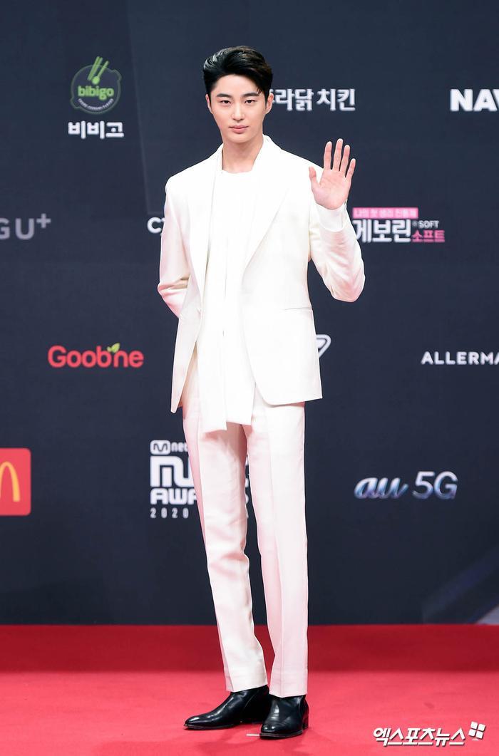 'MAMA 2020': Song Joong Ki rạng rỡ trên thảm đỏ cùng TWICE - GOT7, Jessi khoe vòng ba phản cảm Ảnh 1