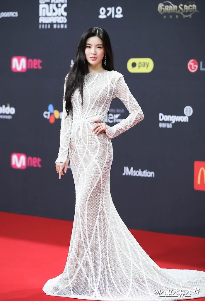 'MAMA 2020': Song Joong Ki rạng rỡ trên thảm đỏ cùng TWICE - GOT7, Jessi khoe vòng ba phản cảm Ảnh 6