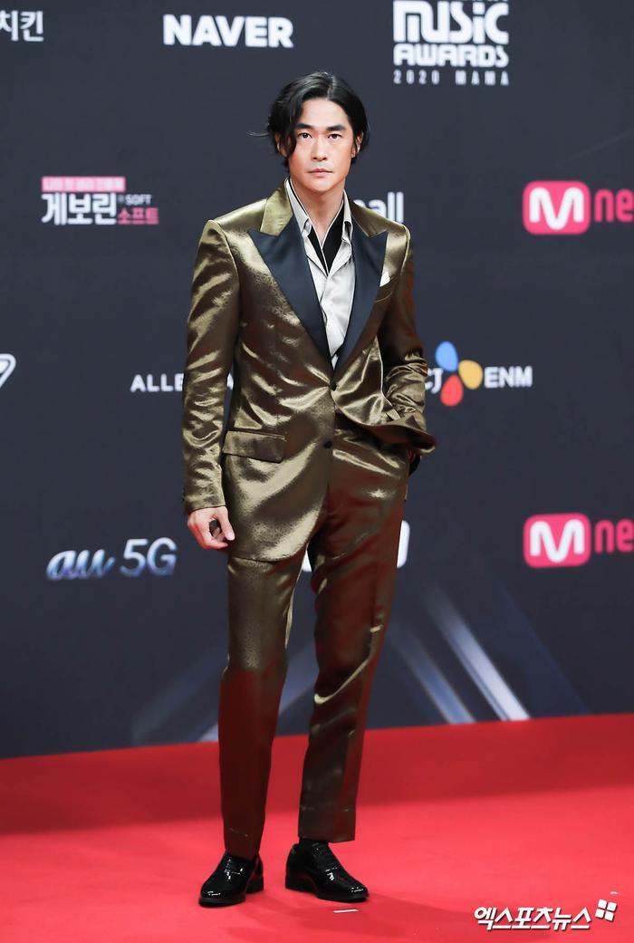'MAMA 2020': Song Joong Ki rạng rỡ trên thảm đỏ cùng TWICE - GOT7, Jessi khoe vòng ba phản cảm Ảnh 9
