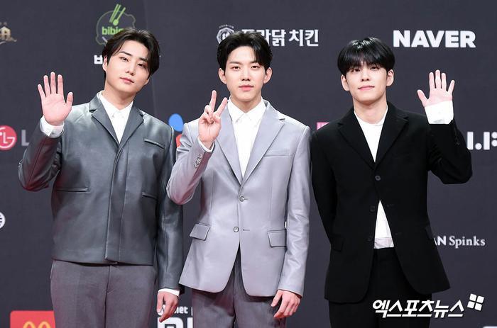 'MAMA 2020': Song Joong Ki rạng rỡ trên thảm đỏ cùng TWICE - GOT7, Jessi khoe vòng ba phản cảm Ảnh 27