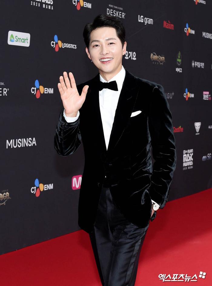 'MAMA 2020': Song Joong Ki rạng rỡ trên thảm đỏ cùng TWICE - GOT7, Jessi khoe vòng ba phản cảm Ảnh 45